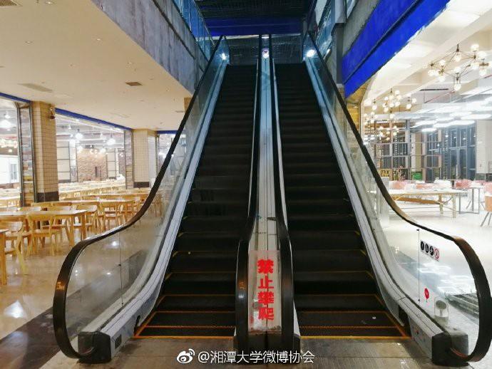 Căng tin trường đại học xịn sò như nhà hàng cao cấp, có cả thang cuốn phục vụ sinh viên - Ảnh 3.