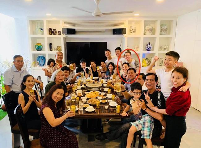 Kim Lý xuất hiện tình cảm cùng Hà Hồ trong bữa tiệc Tất niên gia đình cuối năm - Ảnh 1.