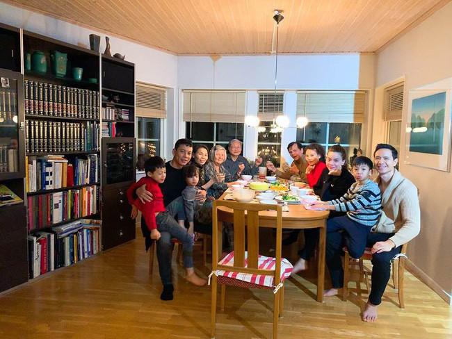 Kim Lý xuất hiện tình cảm cùng Hà Hồ trong bữa tiệc Tất niên gia đình cuối năm - Ảnh 4.