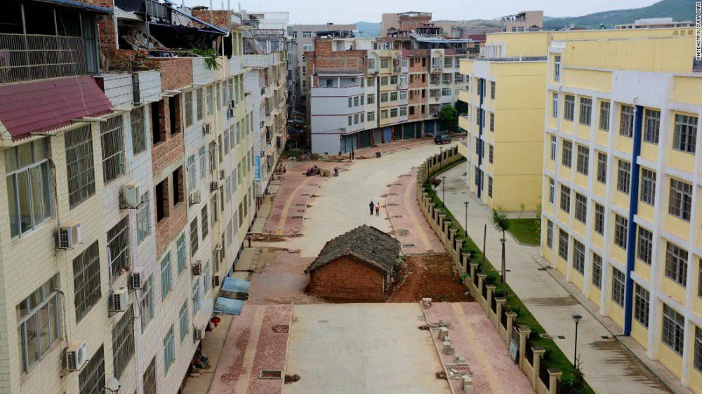 Trung Quốc: Kỳ lạ những ngôi nhà 4 mặt tiền lọt thỏm giữa cao tốc - Ảnh 2.
