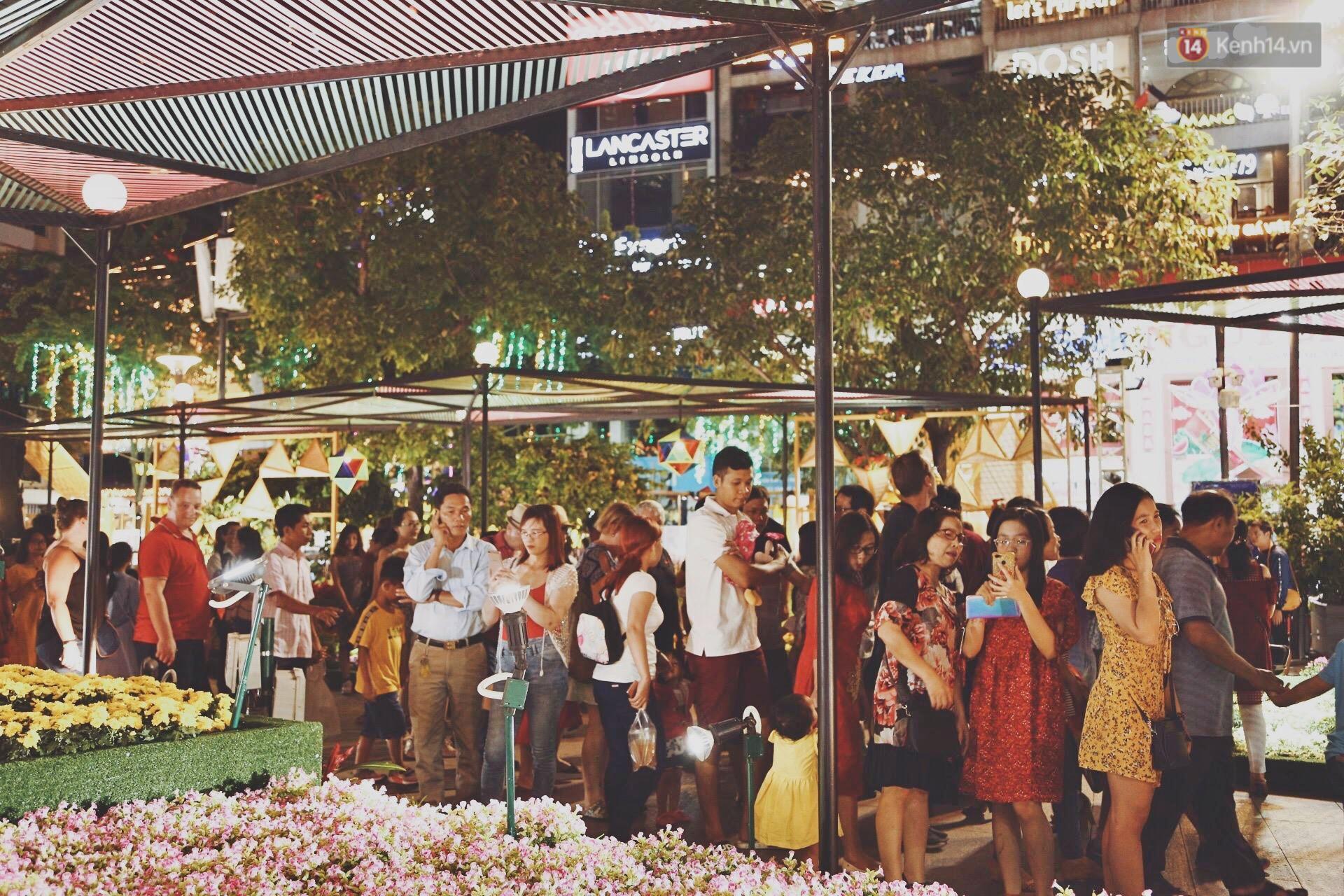Người dân Hà Nội, Sài Gòn hân hoan đổ xuống đường, chờ đợi thời khắc giao thừa sang năm mới Kỷ Hợi - Ảnh 1.