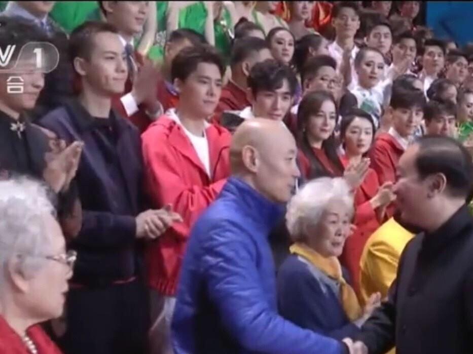 Khoảnh khắc quy tụ visual đỉnh cao: Địch Lệ Nhiệt Ba e lệ bên dàn mỹ nam hot nhất Cbiz trên chương trình chào xuân - Ảnh 2.
