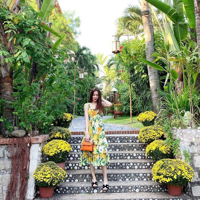 Street style cận Tết của sao Việt: Hà Hồ diện toàn màu chóe, Đàm Thu Trang cực giản dị trong bộ đồ sắc nâu - Ảnh 1.