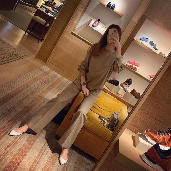 Street style cận Tết của sao Việt: Hà Hồ diện toàn màu chóe, Đàm Thu Trang cực giản dị trong bộ đồ sắc nâu - Ảnh 2.
