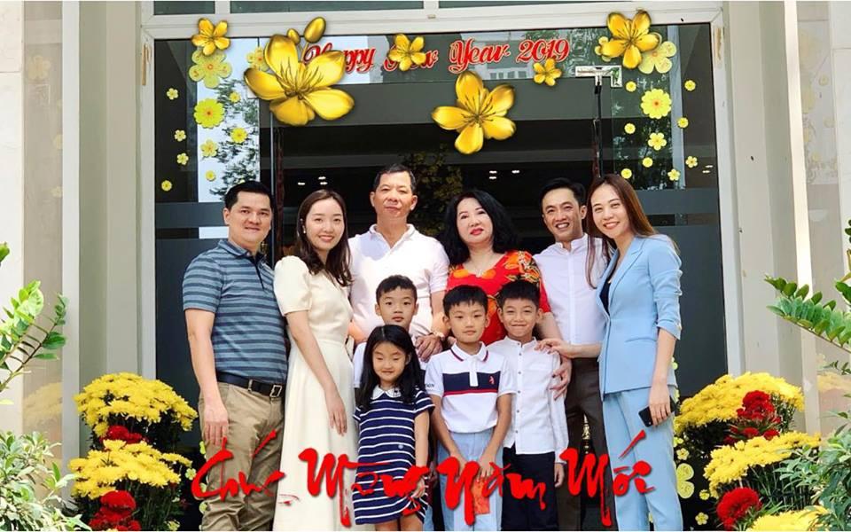 Cường Đô La cùng vợ sắp cưới Đàm Thu Trang và Subeo đến chúc Tết bố mẹ trong ngày đầu năm mới - Ảnh 1.