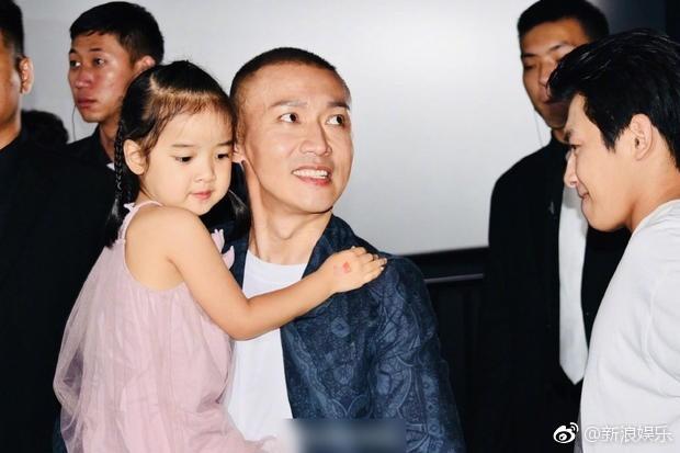 Càn Long Nhiếp Viễn đích thân vào bếp nấu nướng dịp Tết, cô con gái nhỏ gây chú ý vì khéo tay phụ mẹ - Ảnh 4.