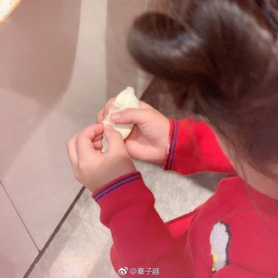 Càn Long Nhiếp Viễn đích thân vào bếp nấu nướng dịp Tết, cô con gái nhỏ gây chú ý vì khéo tay phụ mẹ - Ảnh 2.