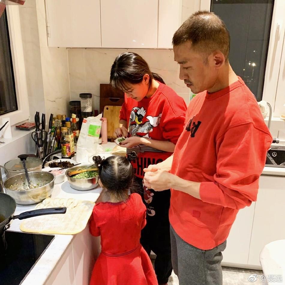 Càn Long Nhiếp Viễn đích thân vào bếp nấu nướng dịp Tết, cô con gái nhỏ gây chú ý vì khéo tay phụ mẹ - Ảnh 1.