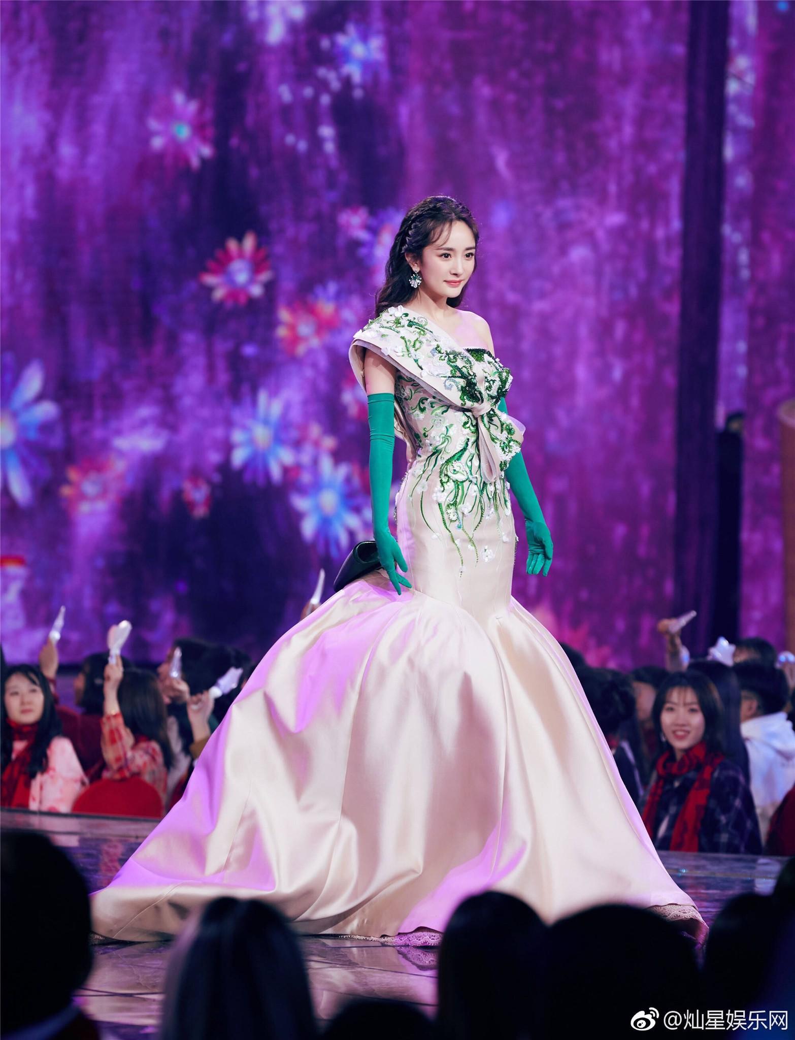 Vòng 2 nhỏ hơn cả siêu mẫu, Dương Mịch khiến NTK nổi tiếng của Phạm Băng Băng cũng ngỡ ngàng khi cô diện đẹp mẫu váy khó nhằn - Ảnh 6.