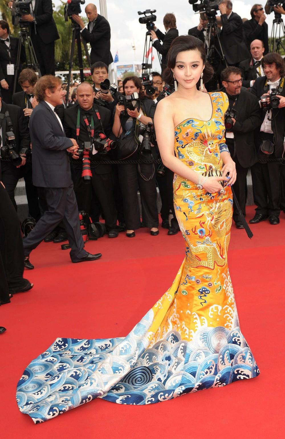 Vòng 2 nhỏ hơn cả siêu mẫu, Dương Mịch khiến NTK nổi tiếng của Phạm Băng Băng cũng ngỡ ngàng khi cô diện đẹp mẫu váy khó nhằn - Ảnh 3.