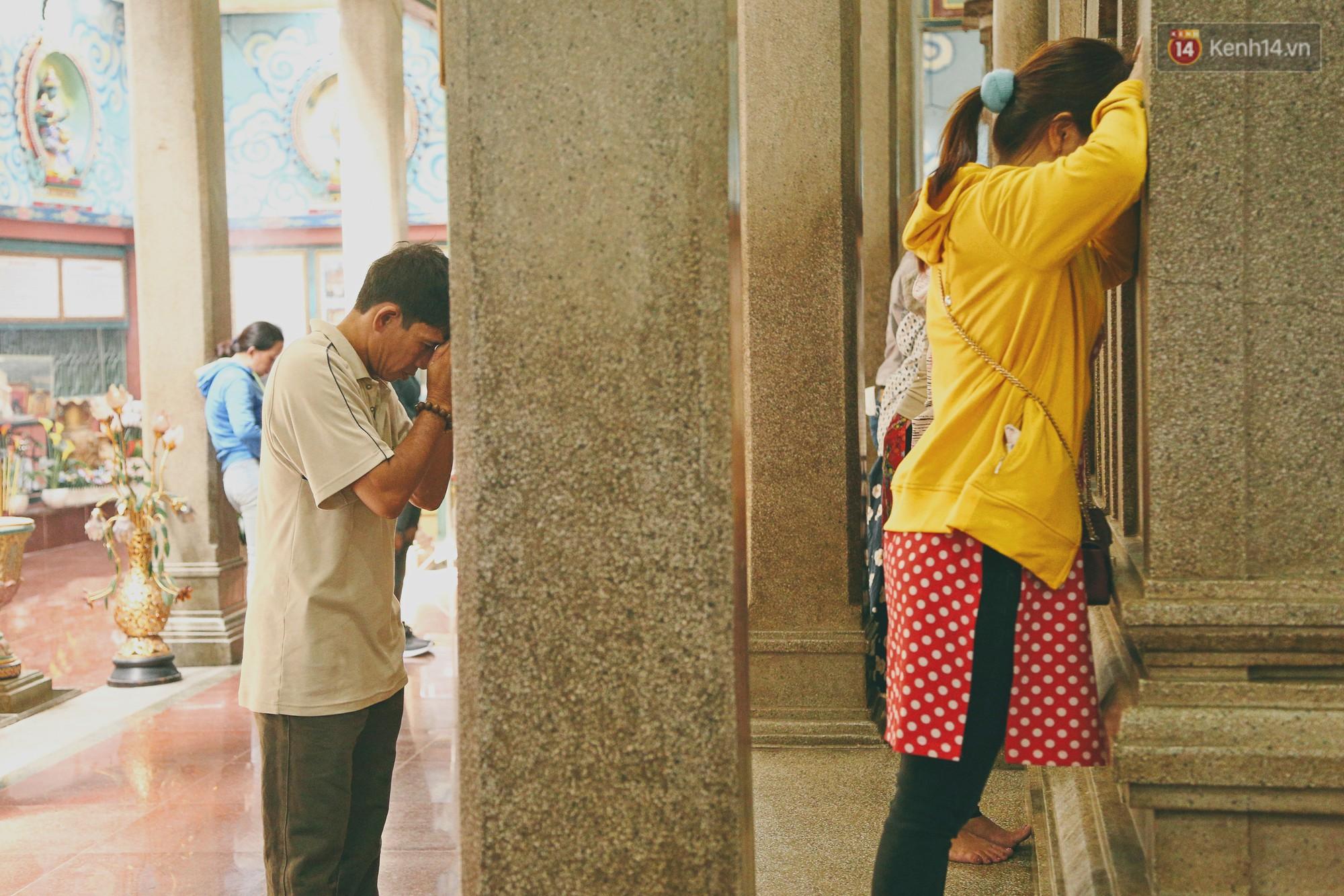 Người Sài Gòn tìm đến úp mặt tâm sự cùng tường đá trong ngôi đền Ấn giáo trăm tuổi - Ảnh 7.