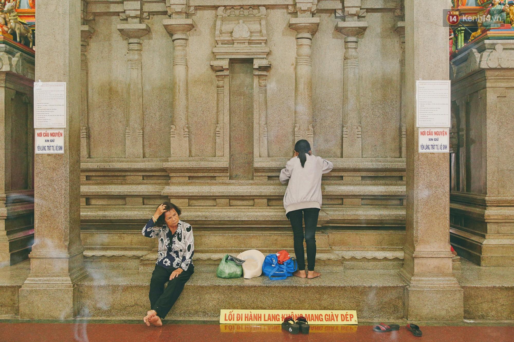 Người Sài Gòn tìm đến úp mặt tâm sự cùng tường đá trong ngôi đền Ấn giáo trăm tuổi - Ảnh 5.