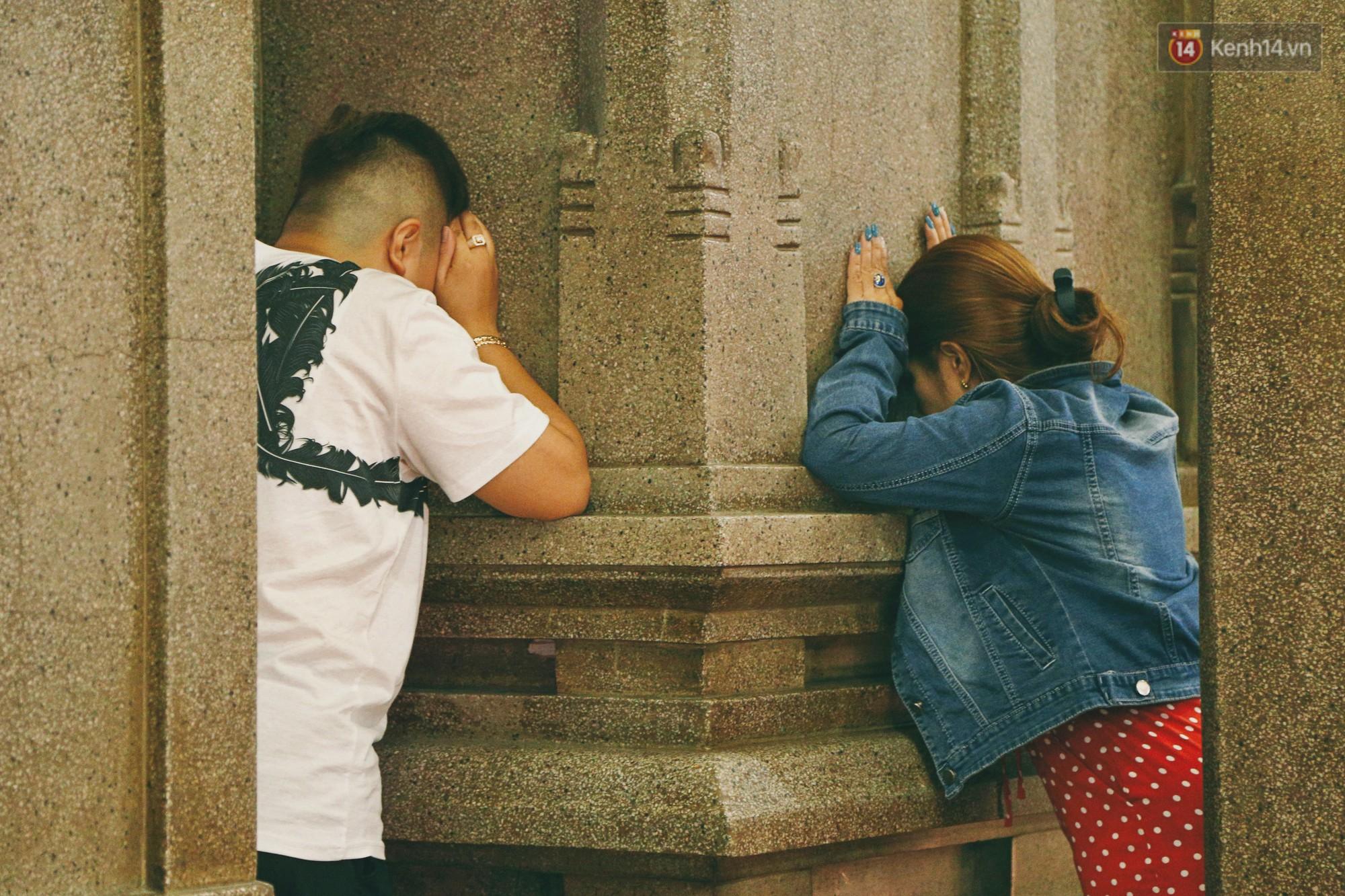 Người Sài Gòn tìm đến úp mặt tâm sự cùng tường đá trong ngôi đền Ấn giáo trăm tuổi - Ảnh 8.