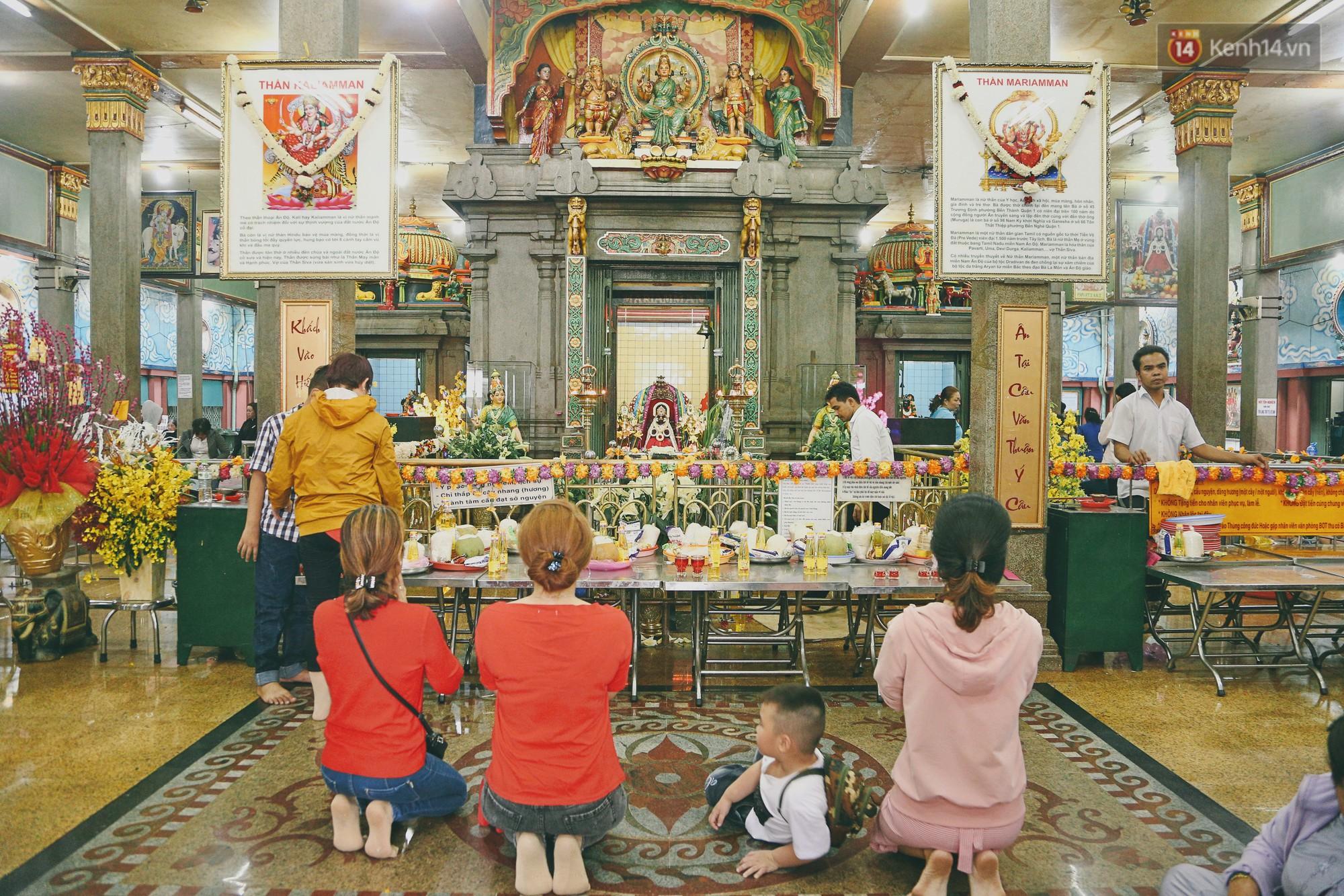 Người Sài Gòn tìm đến úp mặt tâm sự cùng tường đá trong ngôi đền Ấn giáo trăm tuổi - Ảnh 3.