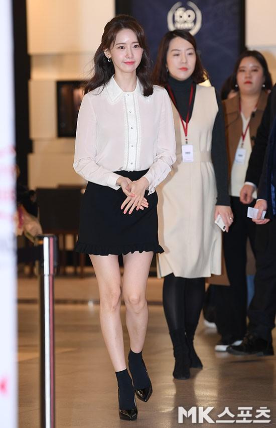 Lâu lắm mới lộ diện, nữ thần Yoona khoe đôi chân dài miên man nhưng lại bị soi loạt khuyết điểm kém xinh tại sự kiện - Ảnh 1.