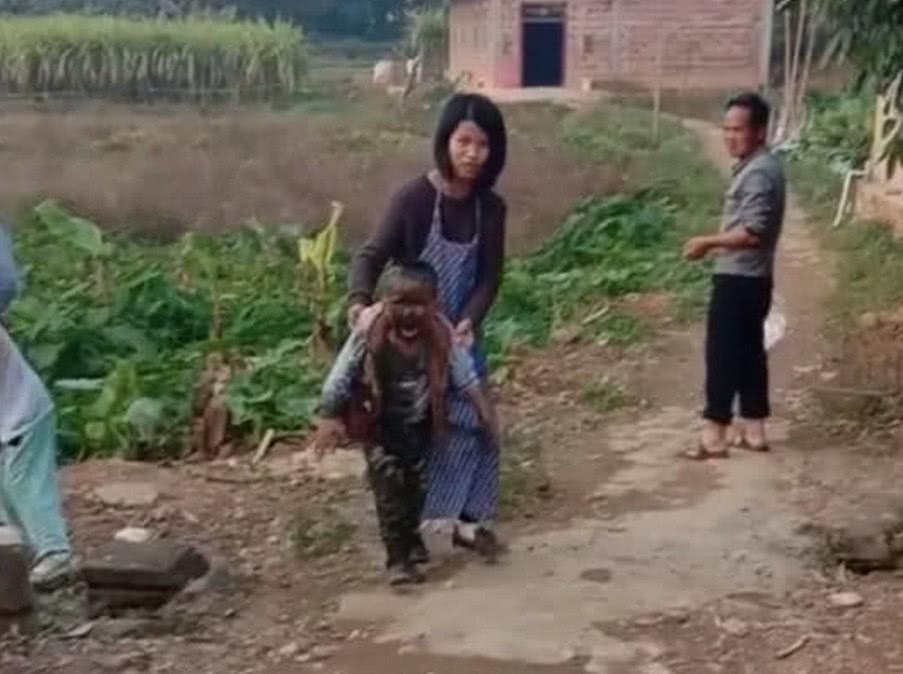 Trốn mẹ đi chơi sau giờ học, cậu học sinh tiểu học ngã xuống ao, toàn thân được tắm bùn miễn phí - Ảnh 1.