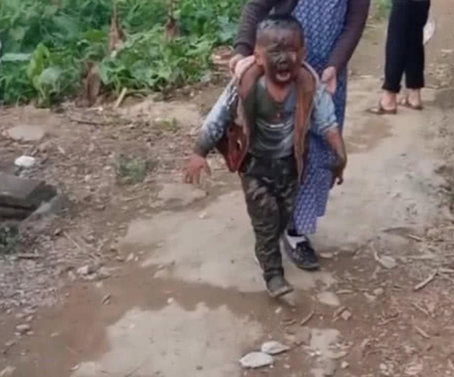 Trốn mẹ đi chơi sau giờ học, cậu học sinh tiểu học ngã xuống ao, toàn thân được tắm bùn miễn phí - Ảnh 3.