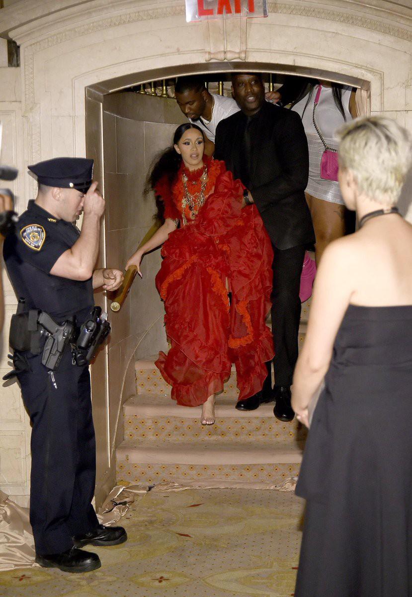 Cực gắt: Cardi B được dân tình tung hô vì nhắc đểu vụ đánh nhau với Nicki Minaj bằng cách siêu chất - Ảnh 2.