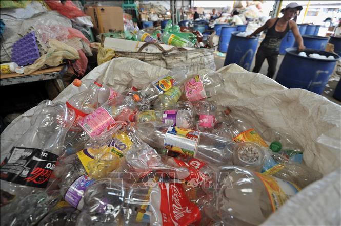 Nhật Bản ngừng phân phát chai nước nhựa tại các hội nghị - Ảnh 1.