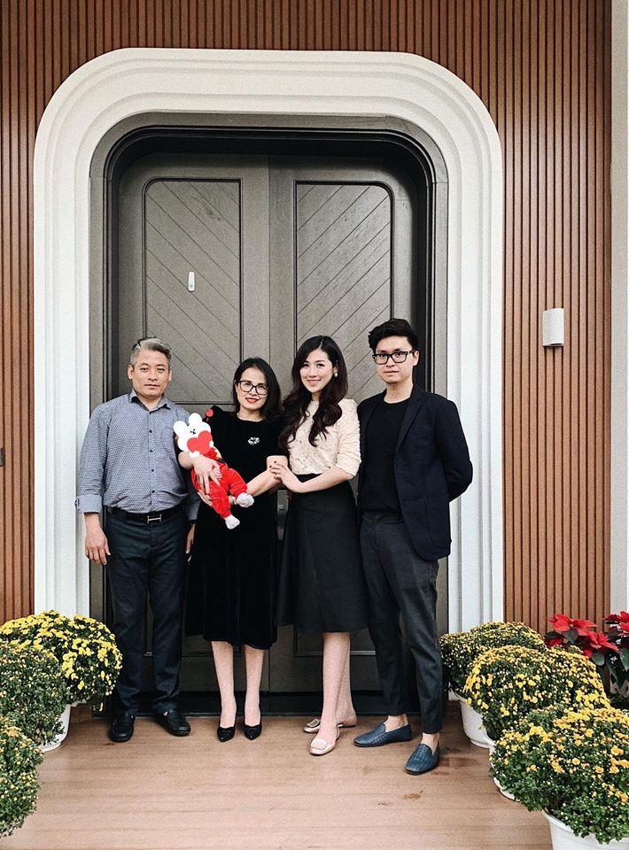 Tết đầu tiên bên gia đình chồng của mỹ nhân Việt: Người chứng minh đúng chuẩn vợ hiền dâu thảo, người xúng xính áo quần cùng chồng đi du xuân - Ảnh 8.