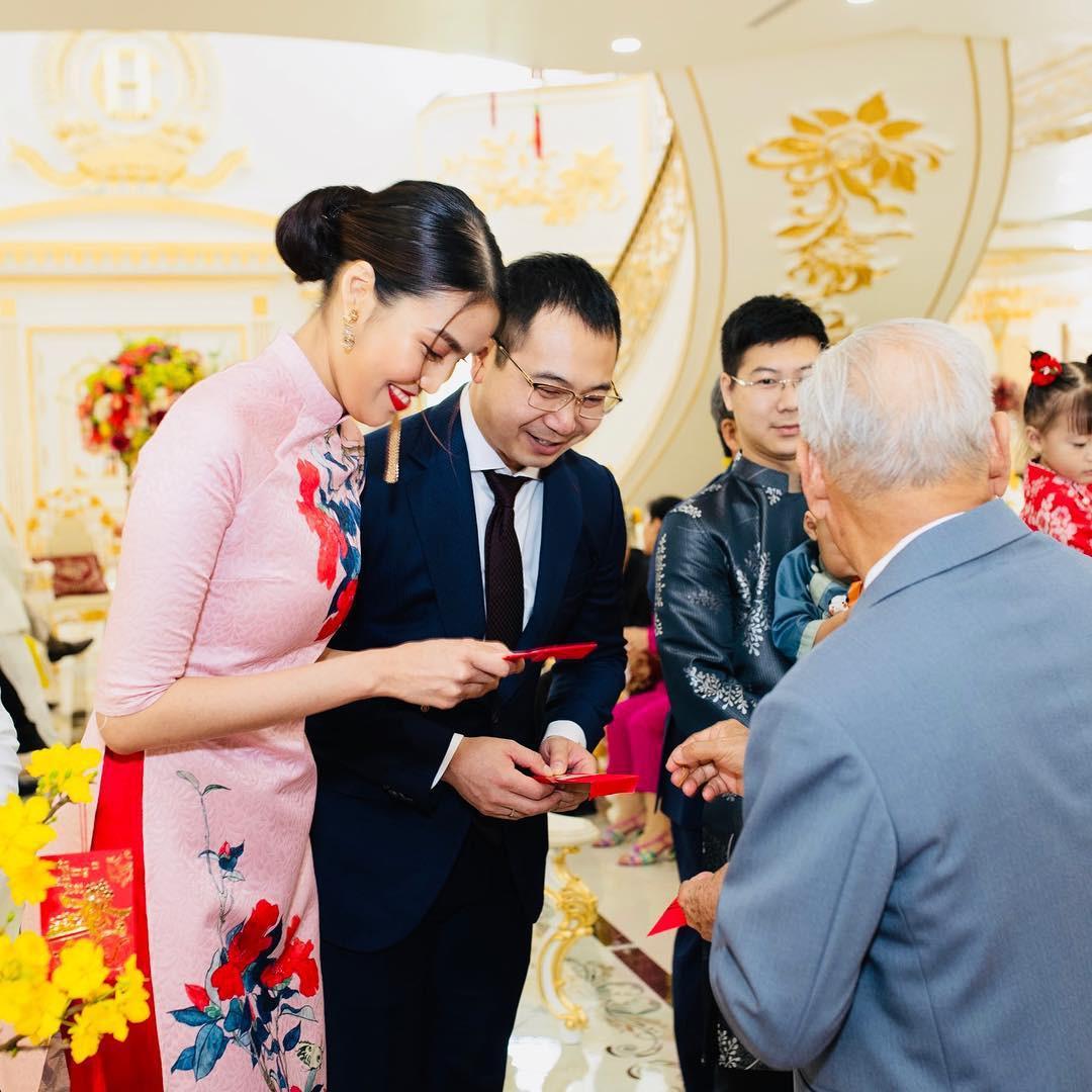 Tết đầu tiên bên gia đình chồng của mỹ nhân Việt: Người chứng minh đúng chuẩn vợ hiền dâu thảo, người xúng xính áo quần cùng chồng đi du xuân - Ảnh 2.