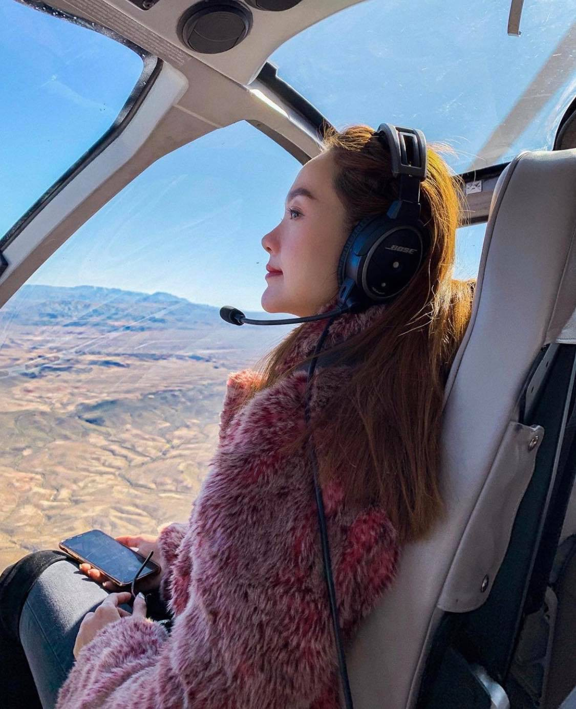 Mỹ nhân Vbiz vi vu Tết Kỷ Hợi: Minh Hằng khá phá Las Vegas bằng trực thăng, Đông Nhi tránh nóng ở Nhật - Ảnh 1.