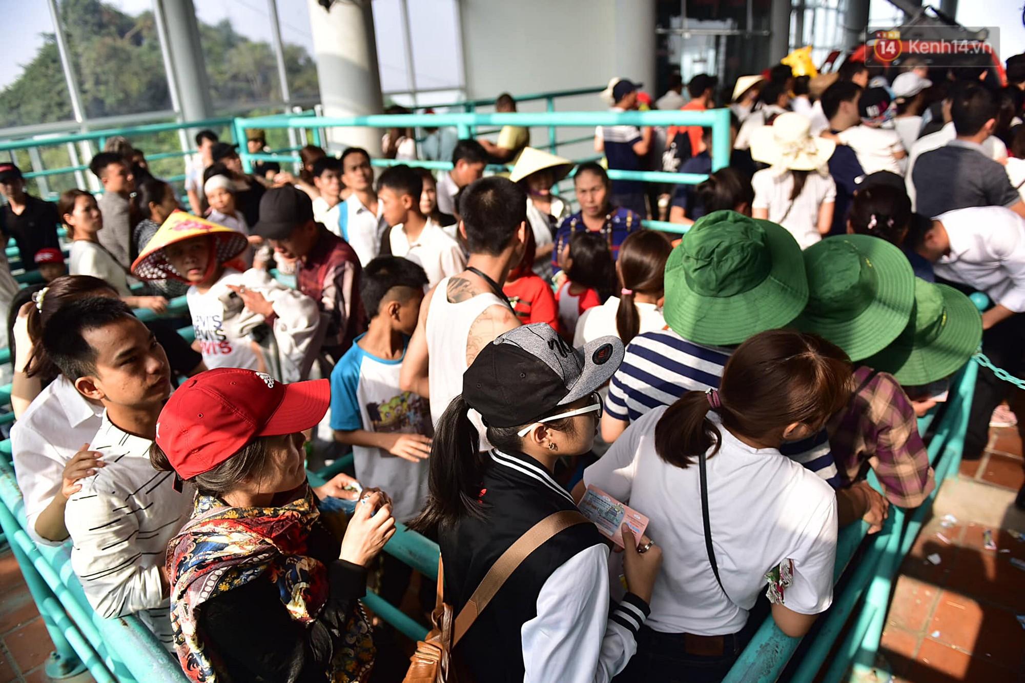 Gần 5 vạn người đổ về chùa Hương trong ngày mồng 5 Tết, 1 ngày trước khi khai hội - Ảnh 7.