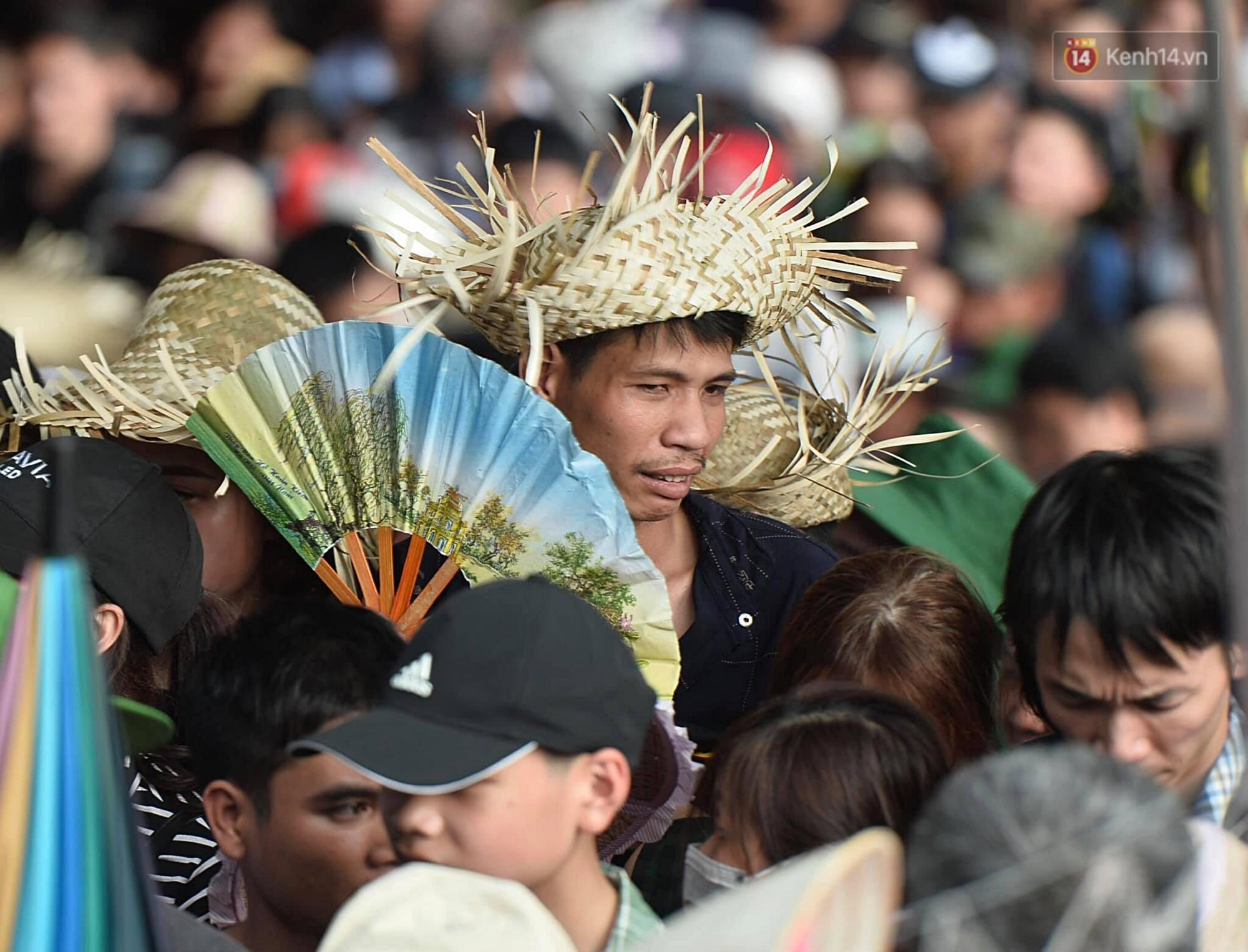 Gần 5 vạn người đổ về chùa Hương trong ngày mồng 5 Tết, 1 ngày trước khi khai hội - Ảnh 13.