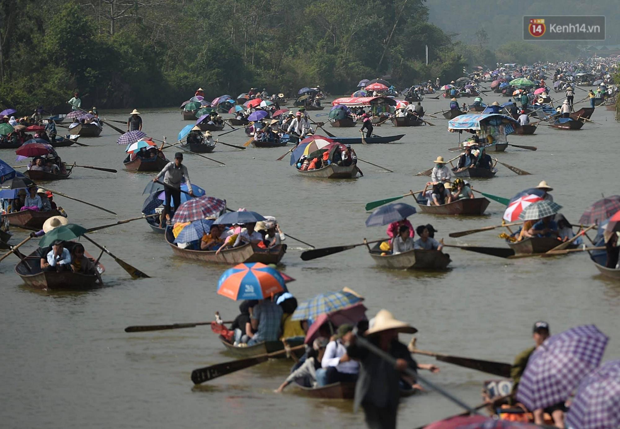 Gần 5 vạn người đổ về chùa Hương trong ngày mồng 5 Tết, 1 ngày trước khi khai hội - Ảnh 1.