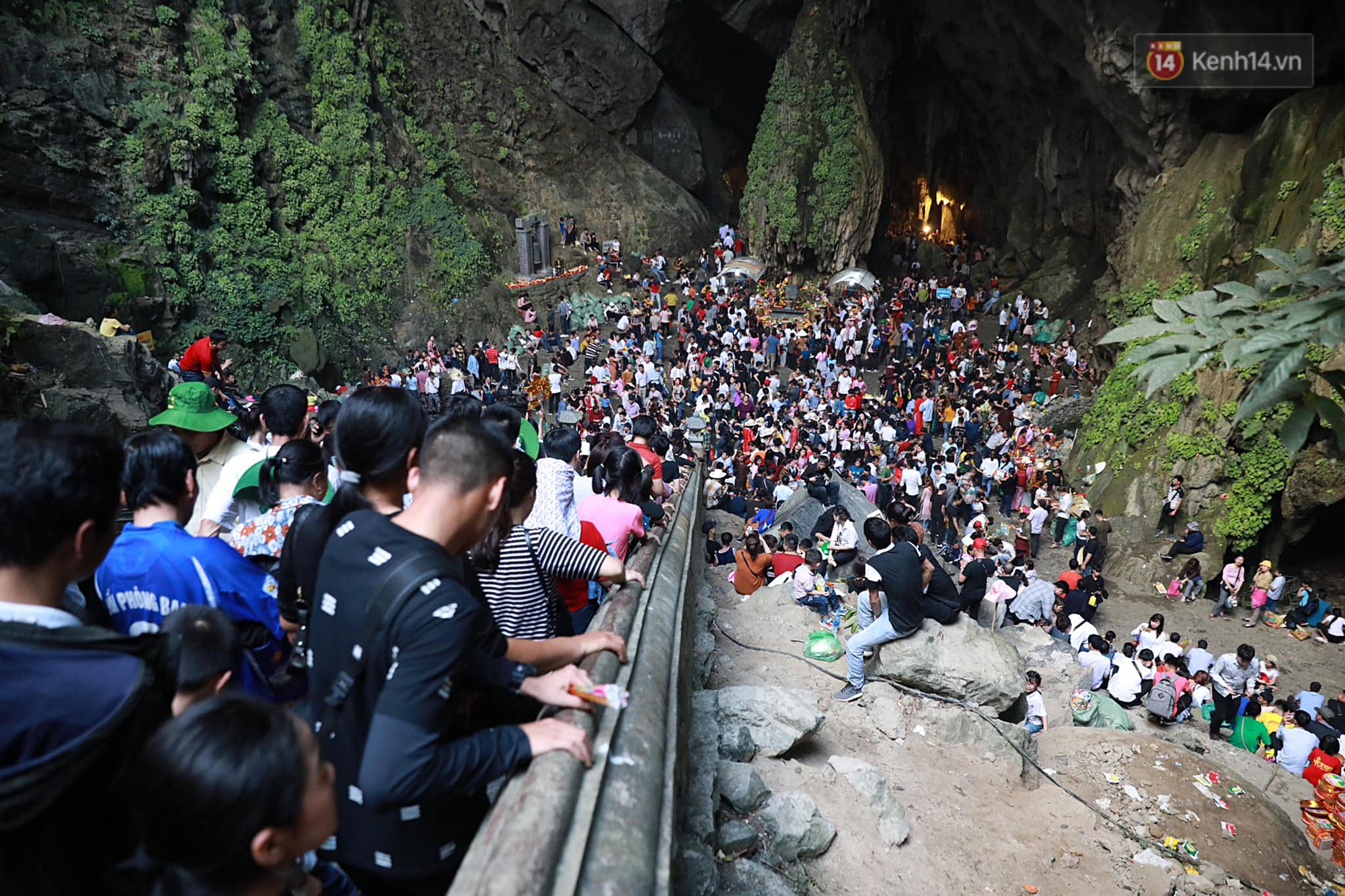 Gần 5 vạn người đổ về chùa Hương trong ngày mồng 5 Tết, 1 ngày trước khi khai hội - Ảnh 11.