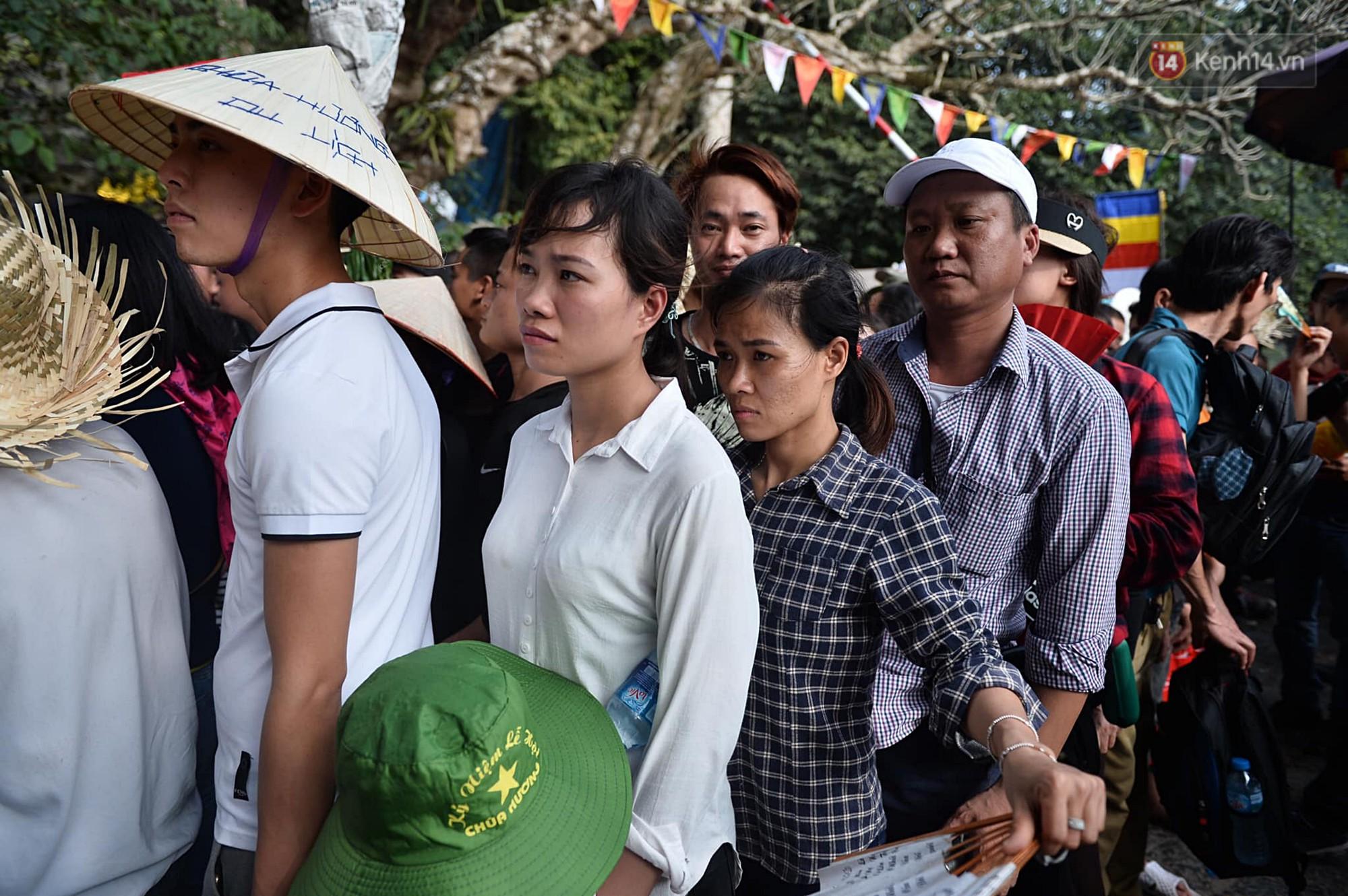 Gần 5 vạn người đổ về chùa Hương trong ngày mồng 5 Tết, 1 ngày trước khi khai hội - Ảnh 8.