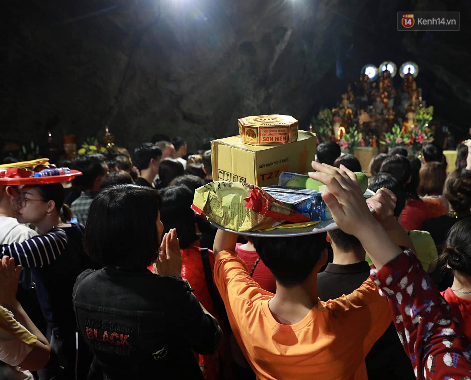 Gần 5 vạn người đổ về chùa Hương trong ngày mồng 5 Tết, 1 ngày trước khi khai hội - Ảnh 12.