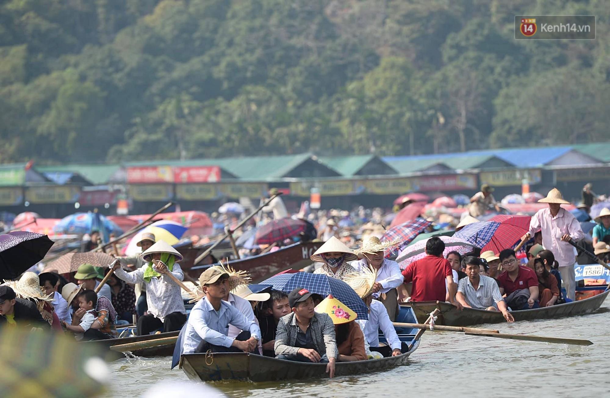 Gần 5 vạn người đổ về chùa Hương trong ngày mồng 5 Tết, 1 ngày trước khi khai hội - Ảnh 2.