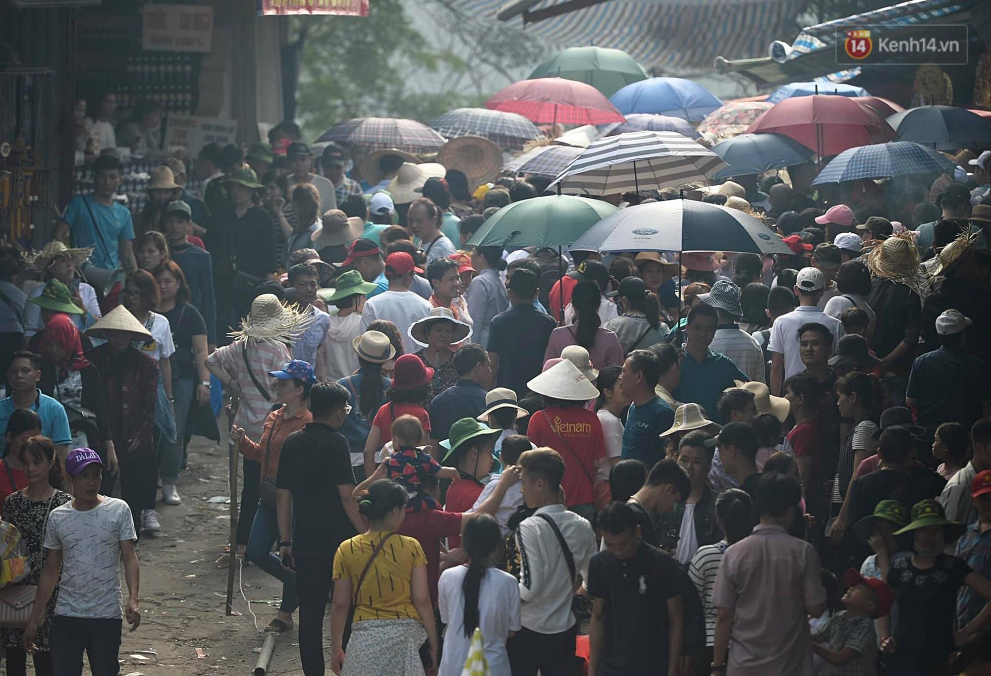Gần 5 vạn người đổ về chùa Hương trong ngày mồng 5 Tết, 1 ngày trước khi khai hội - Ảnh 6.