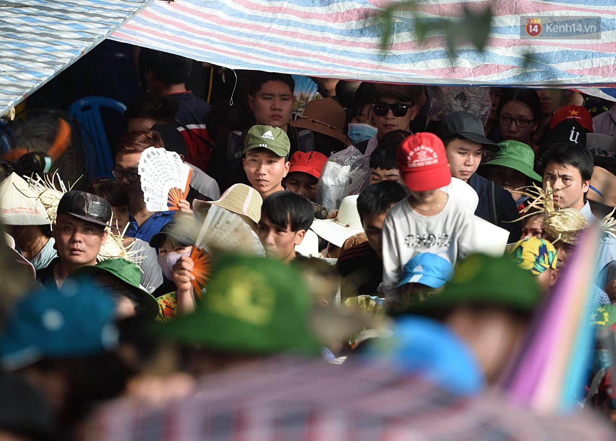 Gần 5 vạn người đổ về chùa Hương trong ngày mồng 5 Tết, 1 ngày trước khi khai hội - Ảnh 4.