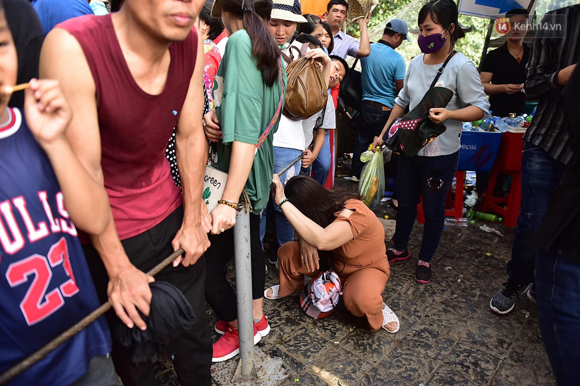 Gần 5 vạn người đổ về chùa Hương trong ngày mồng 5 Tết, 1 ngày trước khi khai hội - Ảnh 10.