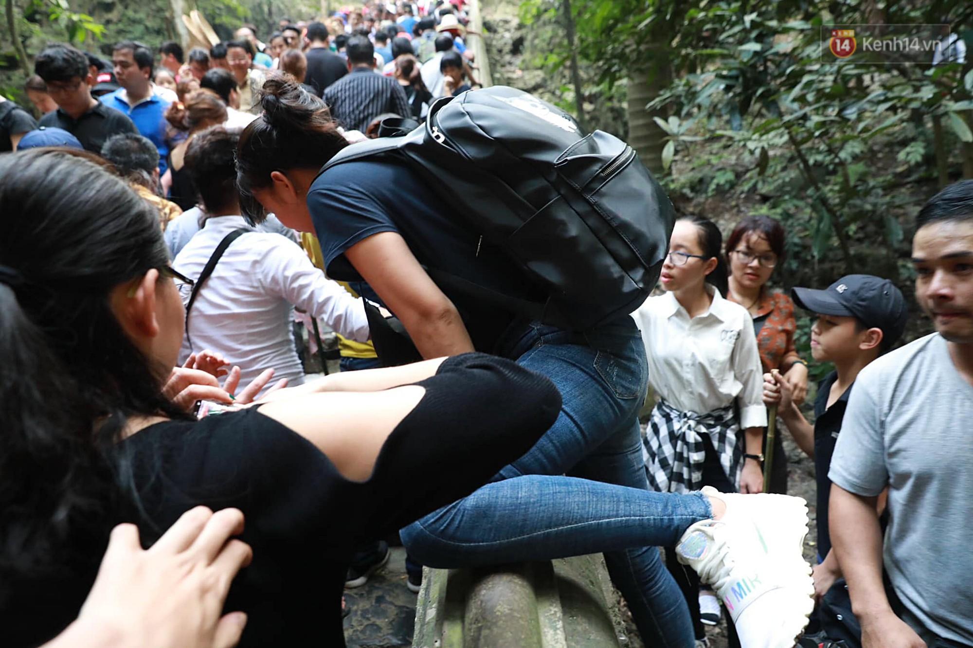 Gần 5 vạn người đổ về chùa Hương trong ngày mồng 5 Tết, 1 ngày trước khi khai hội - Ảnh 9.