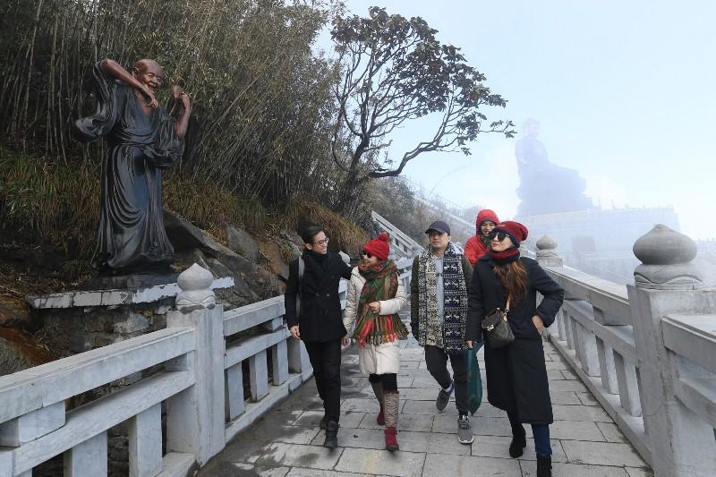 Bắc Bộ Tết nắng nóng, người dân lên Sa Pa du xuân ngắm băng trên đỉnh Fansipan - Ảnh 3.