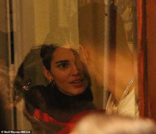 Kendall Jenner ôm hôn bạn trai cao 2m08 không rời trong nhà hàng, F.A nào nhìn vào cũng phải ghen tị! - Ảnh 2.