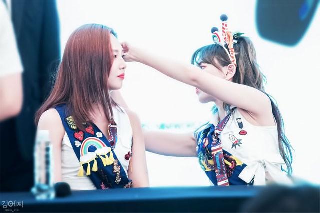 Ấm lòng những khoảnh khắc idol chăm nhau mùi mẫn, ngọt đến sâu răng: Nhóm nhạc Kpop nào tình cảm nhất? - Ảnh 19.