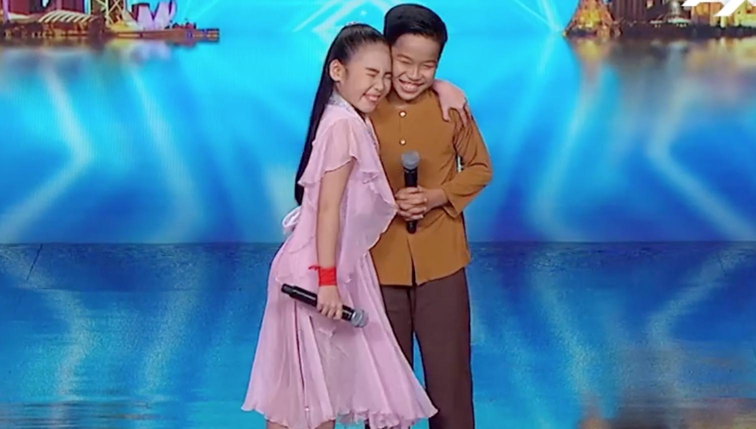 Cặp đôi nhí Việt Nam khiến các giám khảo Asias Got Talent cười tít mắt vì quá đáng yêu - Ảnh 2.