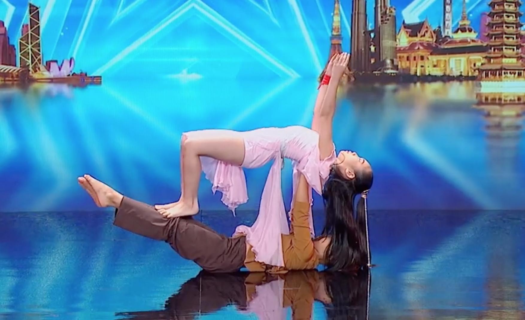 Cặp đôi nhí Việt Nam khiến các giám khảo Asias Got Talent cười tít mắt vì quá đáng yêu - Ảnh 4.