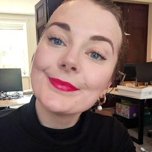Nàng beauty editor này đã kiểm nghiệm độ bền màu của 7 cây son đỏ đình đám bằng cách ăn bánh mì và đây là cái kết - Ảnh 11.
