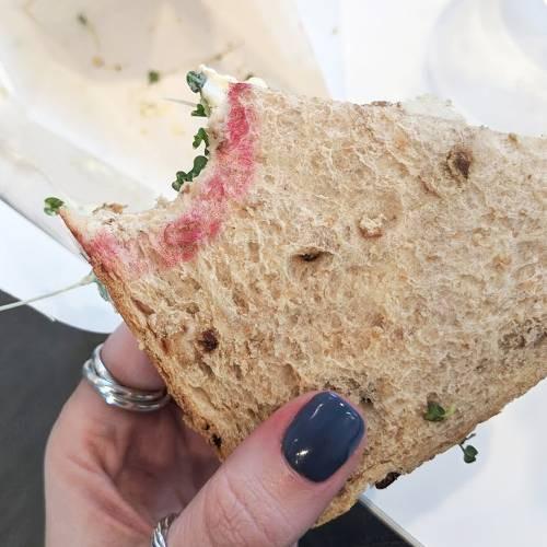Nàng beauty editor này đã kiểm nghiệm độ bền màu của 7 cây son đỏ đình đám bằng cách ăn bánh mì và đây là cái kết - Ảnh 13.