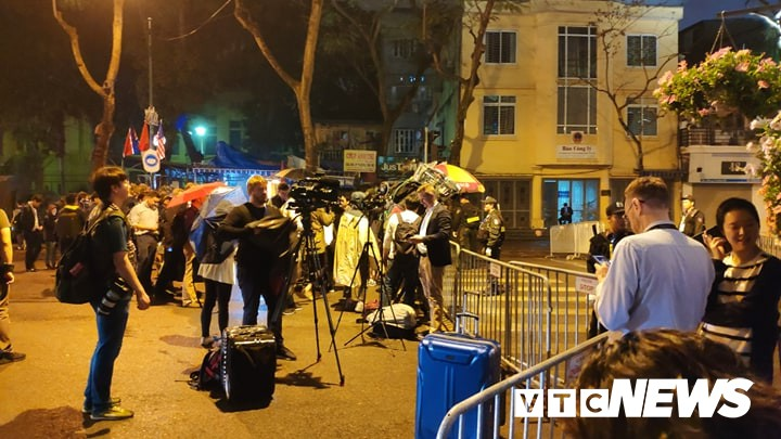 Photo: Korean delegation to a press conference in the middle of the night, hundreds of rain journalists wait outside the gate of the hotel - Photo 2.