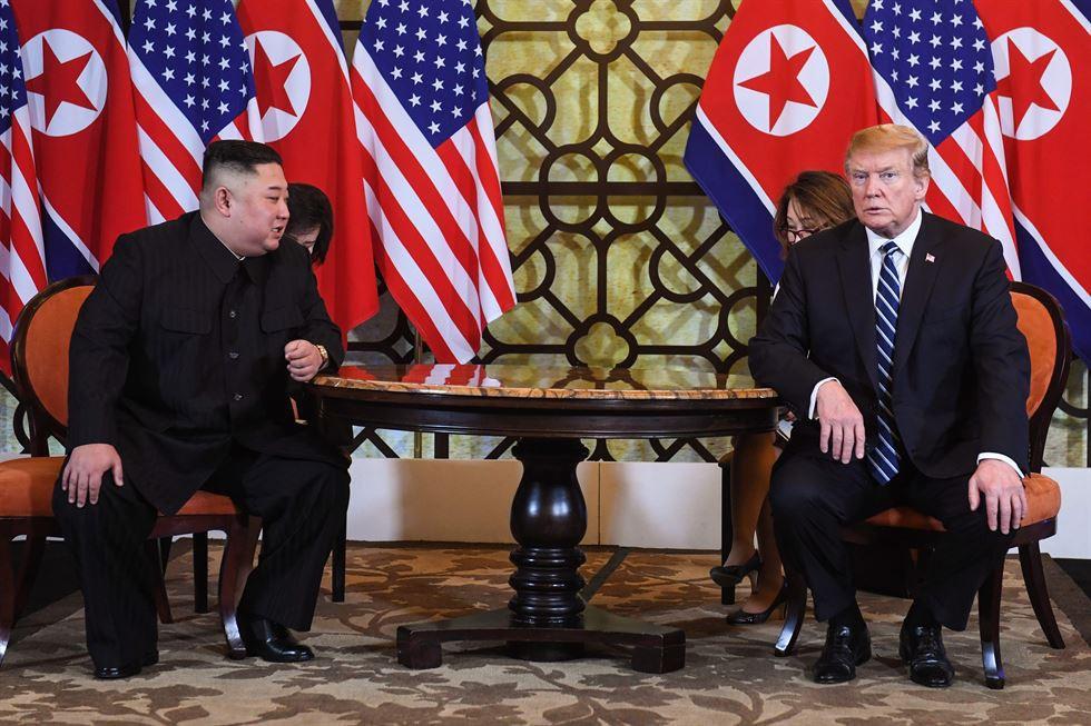Những câu chuyện bên lề Thượng đỉnh Mỹ - Triều: Ông Trump vẫy cờ Việt, Chủ tịch Kim tươi cười và một Hà Nội mến khách! - Ảnh 3.