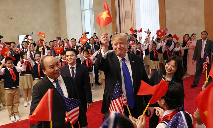 Những câu chuyện bên lề Thượng đỉnh Mỹ - Triều: Ông Trump vẫy cờ Việt, Chủ tịch Kim tươi cười và một Hà Nội mến khách! - Ảnh 6.