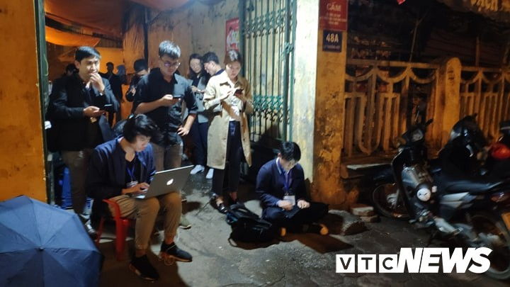 Photo: Korean delegation for a press conference in the middle of the night, hundreds of rain journalists waiting outside the hotel's gate - Photo 7.