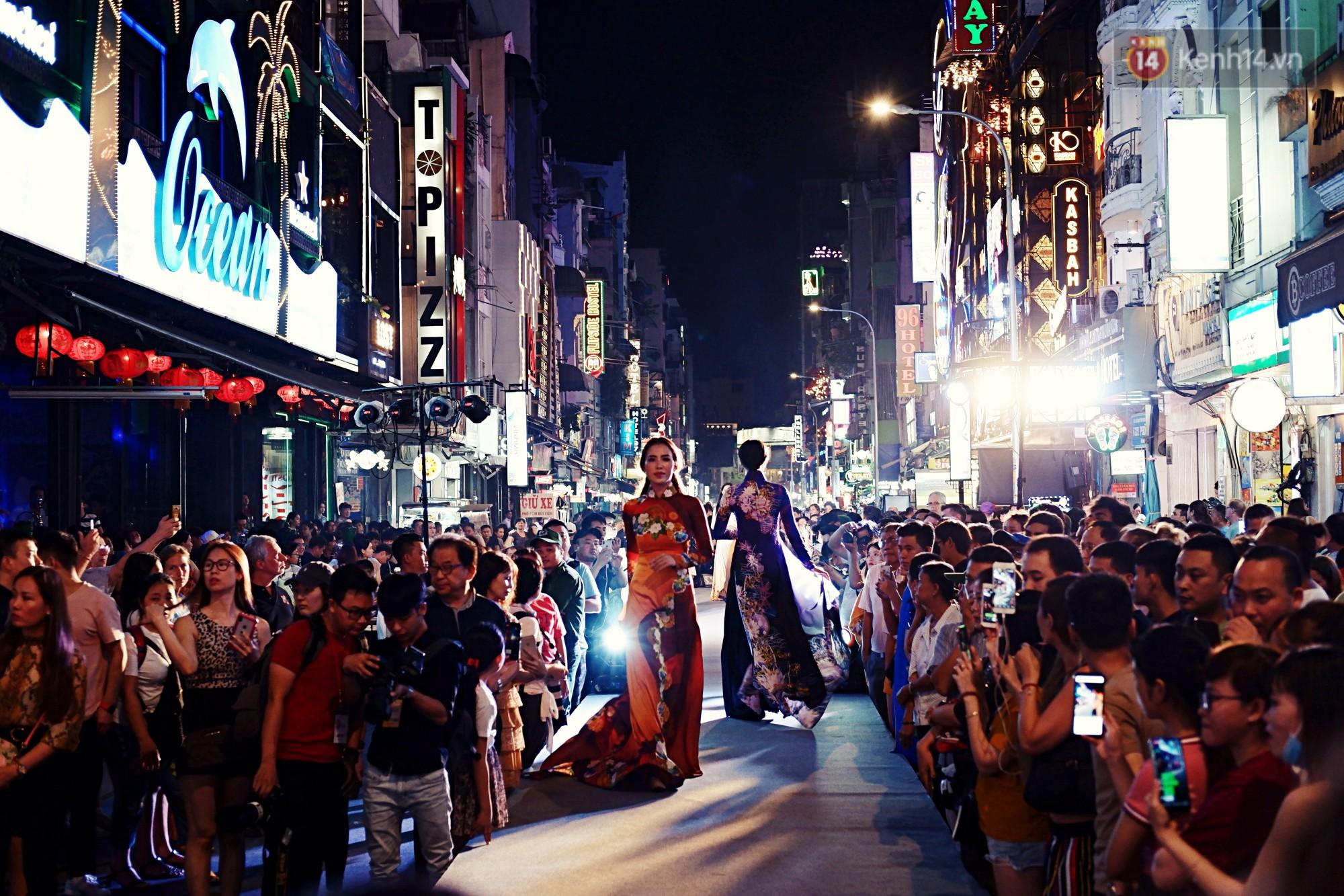 Phố đi bộ Bùi Viện náo nhiệt với màn trình diễn áo dài ấn tượng, du khách nước ngoài thích thú chiêm ngưỡng - Ảnh 1.
