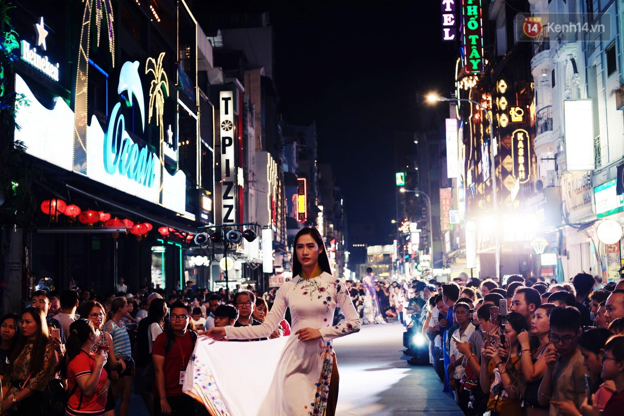 Phố đi bộ Bùi Viện náo nhiệt với màn trình diễn áo dài ấn tượng, du khách nước ngoài thích thú chiêm ngưỡng - Ảnh 2.